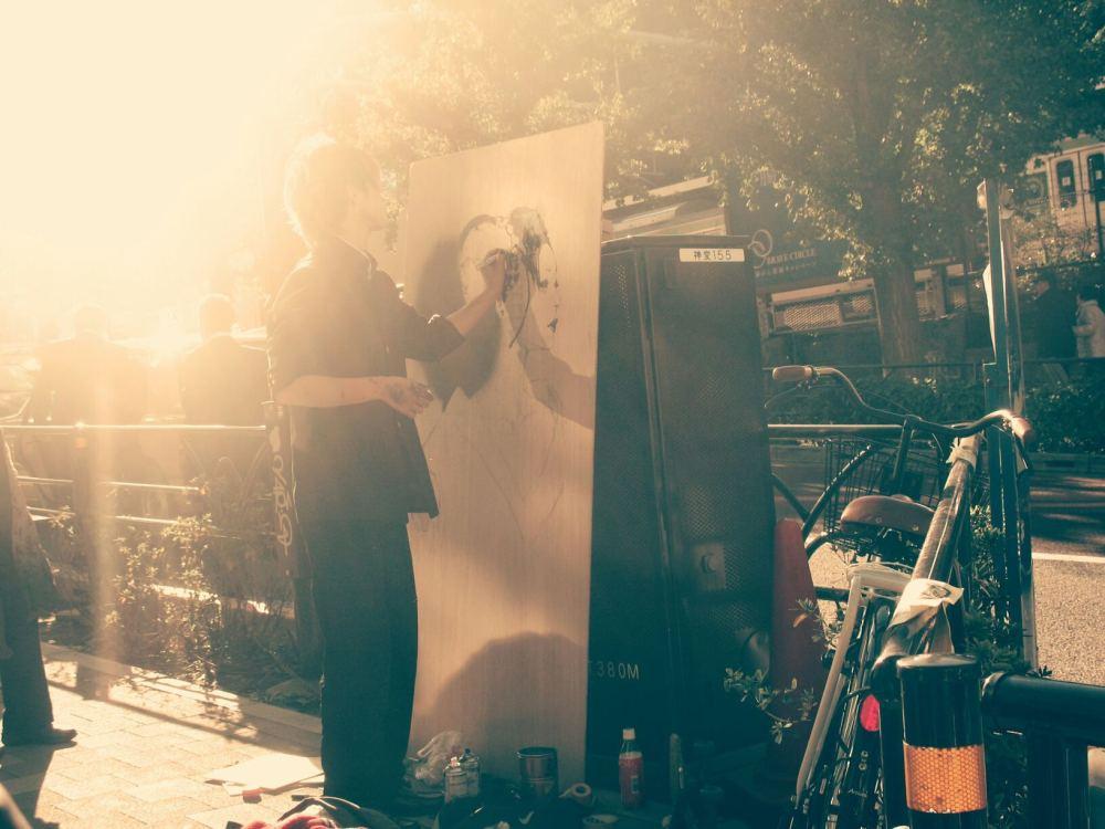 A street painter on Hajaraku Street